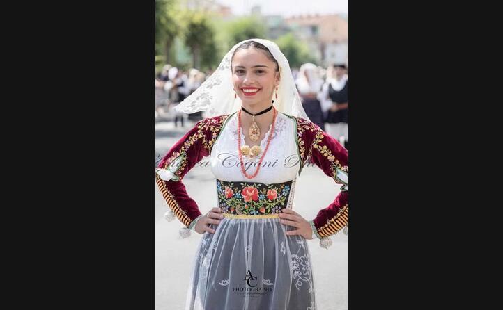 il sorriso di francesca nel vestire l abito tradizionale di uri alla festa del redentore di nuoro (foto andreacogoniphotography)