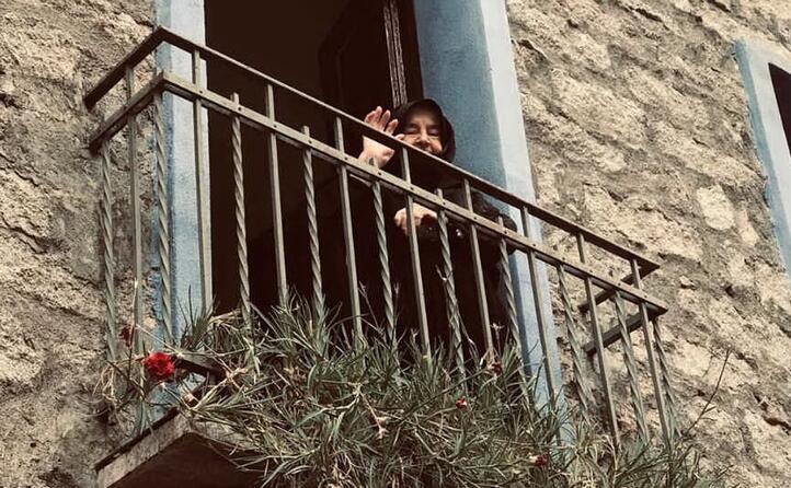 ospitalit e sorrisi dai balconi di orgosolo (foto martinasecondo22)
