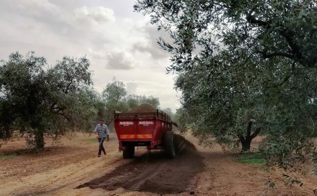 la dimostrazione di spargimento del compost in campo (foto l unione sarda cazzaniga)