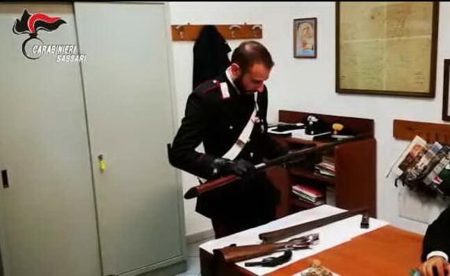 le armi (fermo immagine da video carabinieri)