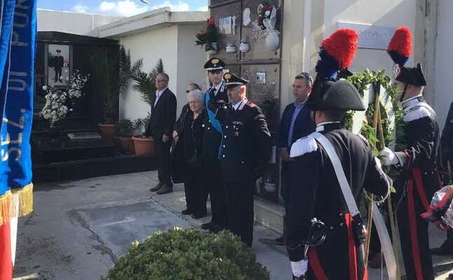 la cerimonia al cimitero (foto l unione sarda pala)