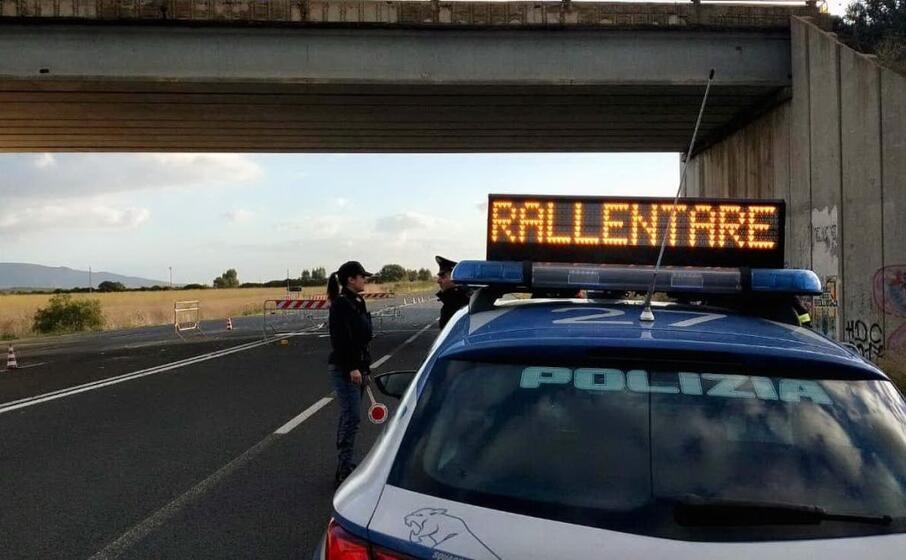 la polizia sulla provinciale interessata dalla caduta calcinacci (foto l unione sarda simbula)