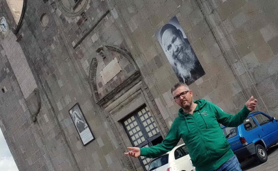 il sindaco di gesturi di fronte alla chiesa parrocchiale del paese