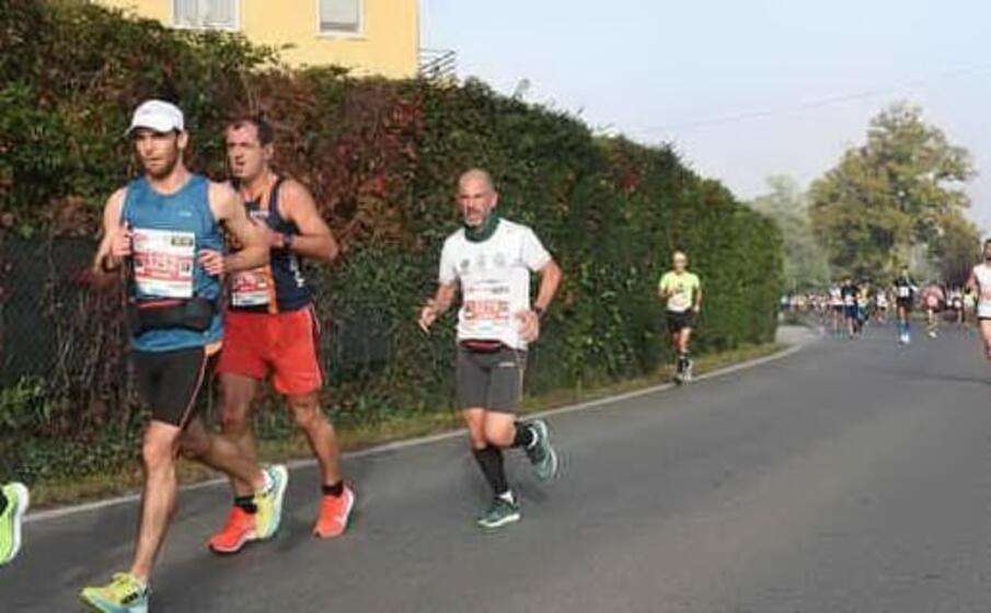 da sinistra il primo e il terzo sono i due sardi che partecipano alla maratona di atene (foto l unione sarda)