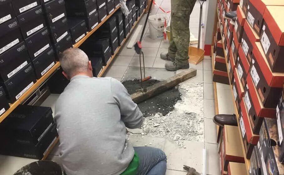 i lavori di riparazione a uno dei buchi praticati dalla banda (archivio l unione sarda)
