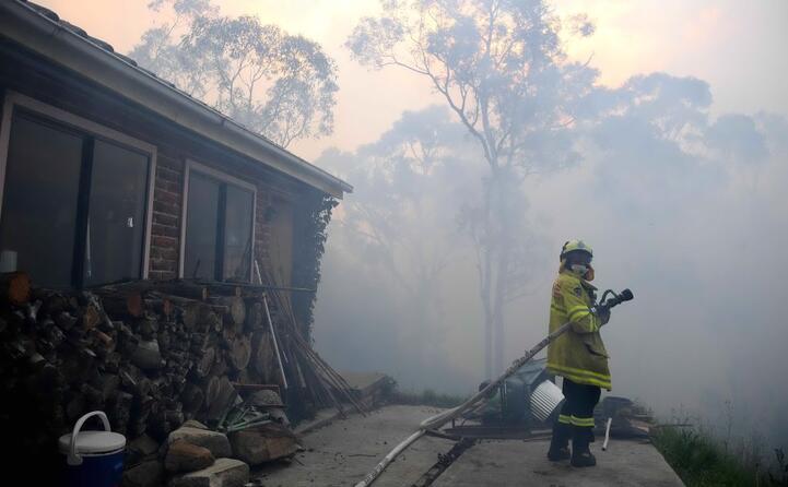 i vigili del fuoco lavorano senza sosta da giorni