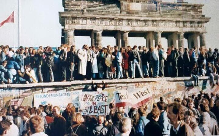 accaddeoggi 9 novembre 1989 cade il muro di berlino