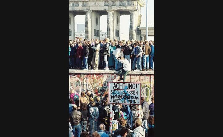 i berlinesi all assalto del muro dopo la fine della cortina di ferro