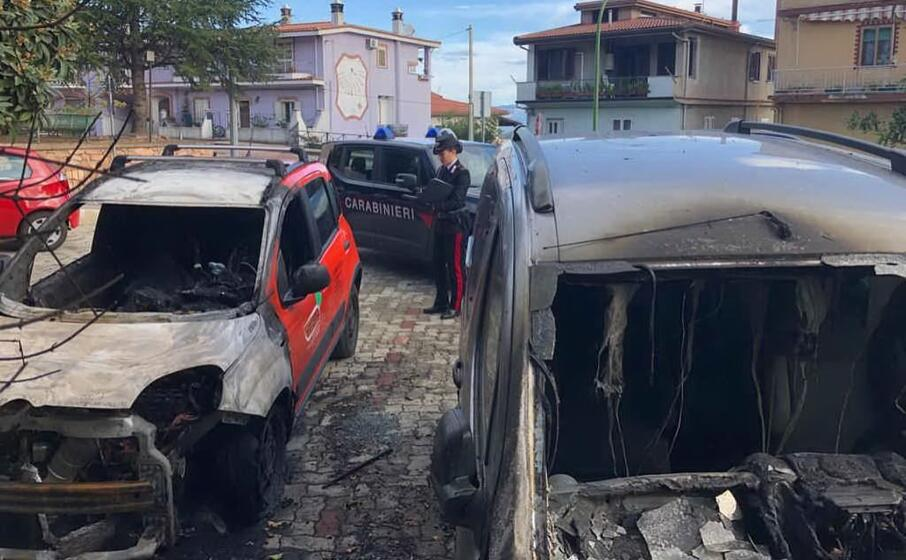 le auto bruciate (foto carabinieri)