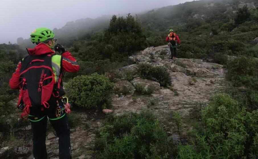i soccorritori tra i monti di maracalagonis (foto soccorso alpino e speleologico)