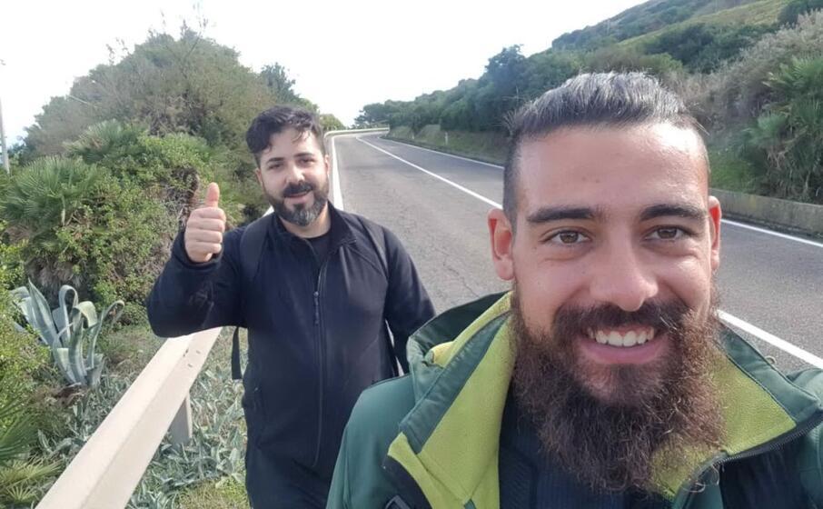 nazario nesta nei pressi di castelsardo dietro elia falchi un nuovo amico sardo che ha percorso diversi chilometri con lui ( foto concessa da nazario nesta)