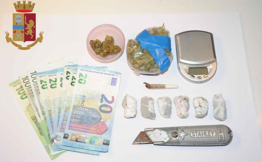 il materiale sequestrato (foto polizia)