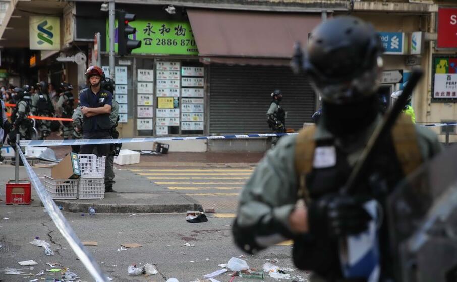 Hong Kong, poliziotto ferisce un manifestante con un colpo