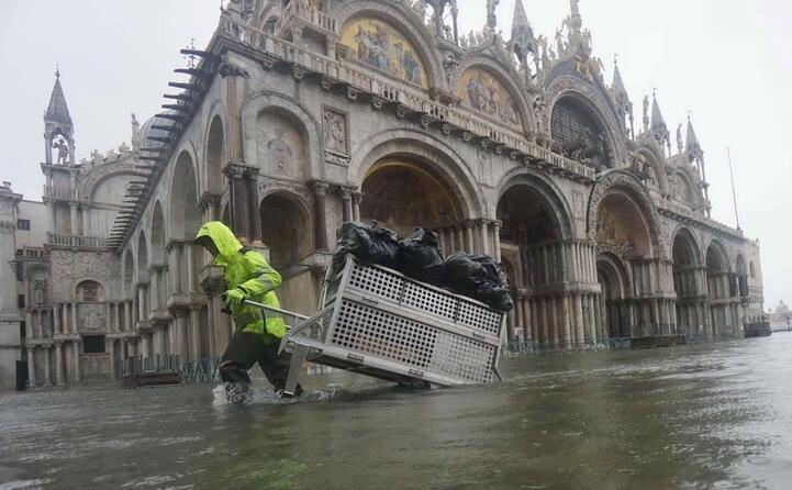 emergenza a venezia allagata anche la basilica di san marco