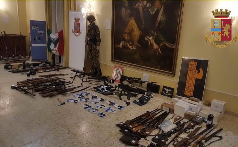 il materiale trovato dagli agenti (foto polizia)