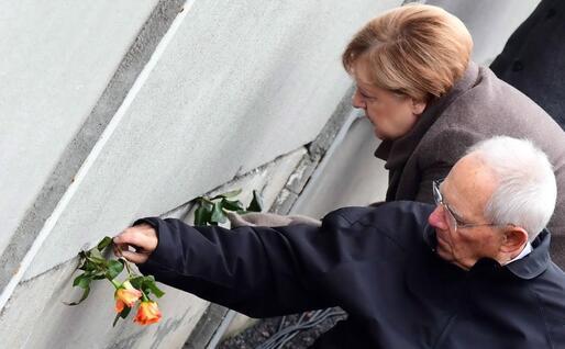 La Merkel e Wolfgang Schaeuble al Memoriale del Muro (Ansa - Epa)
