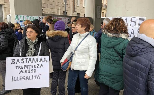 la protesta dei lavoratori aias sotto il consiglio regionale a cagliari