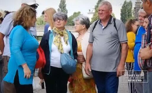 Maria Paola Usai, nella foto a sinistra, con alcuni turisti (foto da frame video)