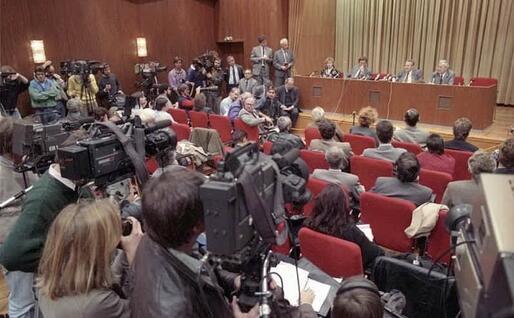 La conferenza stampa del 9 novembre 1989. Erman, primo a sinistra (foto archivio governo tedesco)