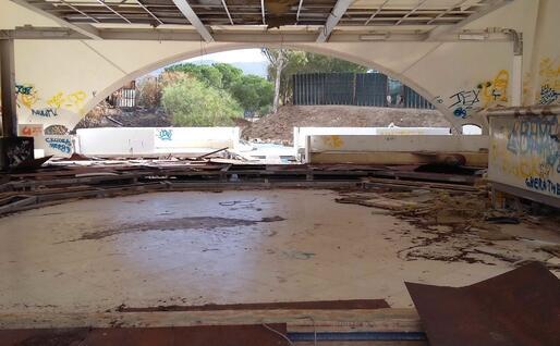 La parte centrale della discoteca devastata dai vandali