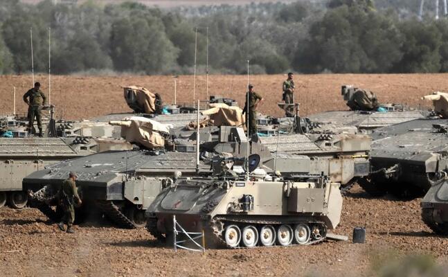 carri armati israeliani al confine con la striscia di gaza (ansa)