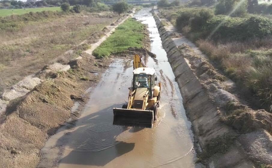 i lavori di pulizia dei canali (foto consorzio bonifica)