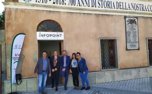 Il sindaco Debora Porrà davanti al nuovo infopoint turistico (foto L'Unione Sarda - Farris)