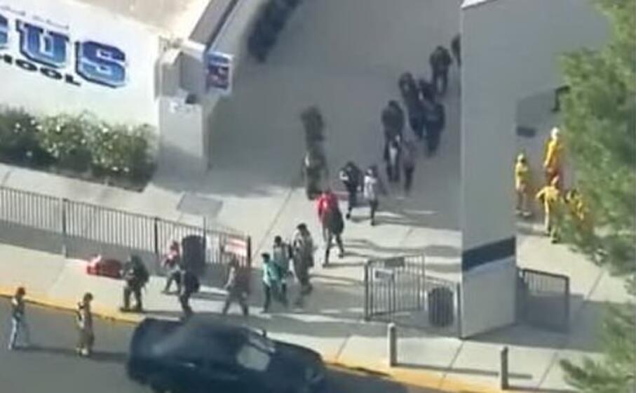 l evacuazione degli studenti (foto twitter)