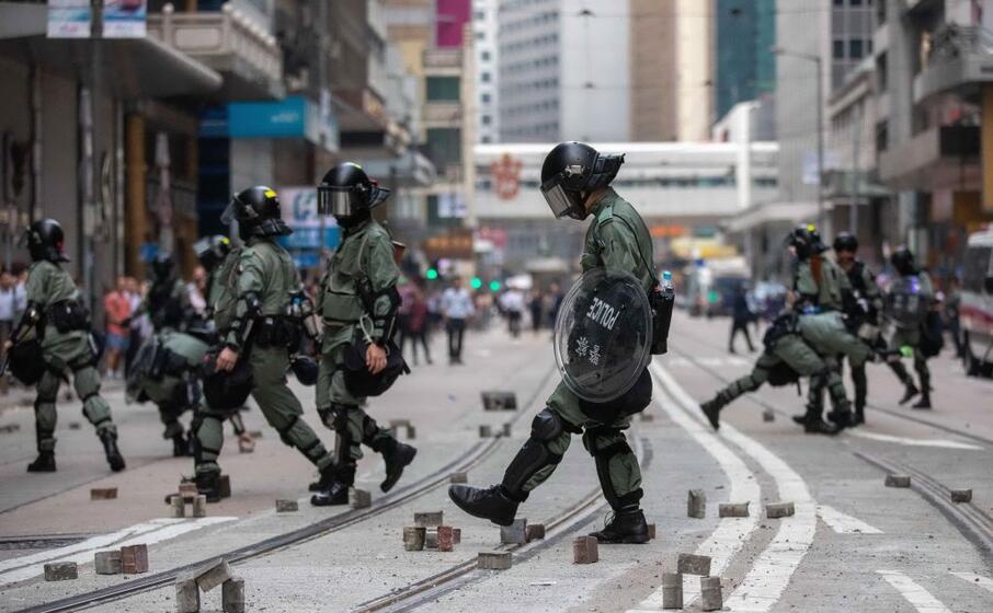 la polizia in assetto antisommossa (ansa epa)