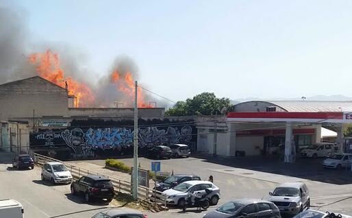 Le fiamme in viale Marconi a Quartu