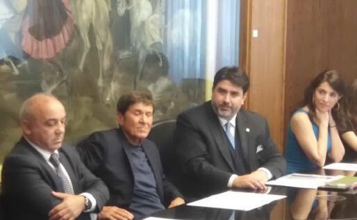 Al grande tavolo della sala Emilio Lussu (foto L.P.)