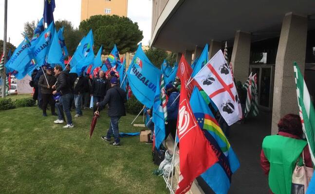 cagliari la protesta dei lavoratori davanti al palazzo della regione (l unione sarda foto bullegas)