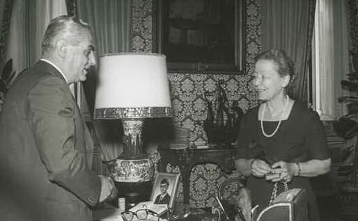 L'onorevole Angiola Massucco riceve la medaglia per i 20 anni del voto alla donne da Brunetto Bucciarelli Ducci (Archivio fotografico della Camera)