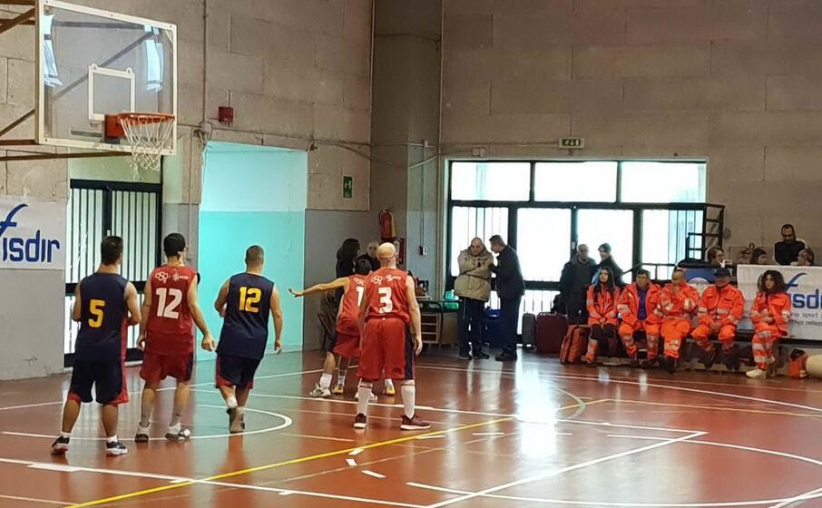 paulis con il numero 12 e spiga numero 3 con la maglia rossa dell atletico aidp (l unione sarda foto garau)