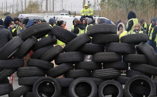 Pneumatici per bloccare le strade (Ansa)