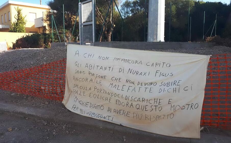 striscioni di protesta a nuraxi (foto a pani)