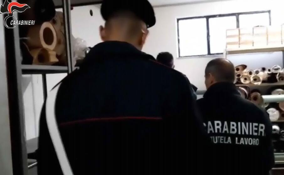 il blitz dei carabinieri di napoli (ansa)