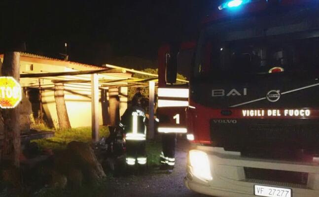 le operazioni di spegnimento del rogo (foto vigili del fuoco di cagliari)