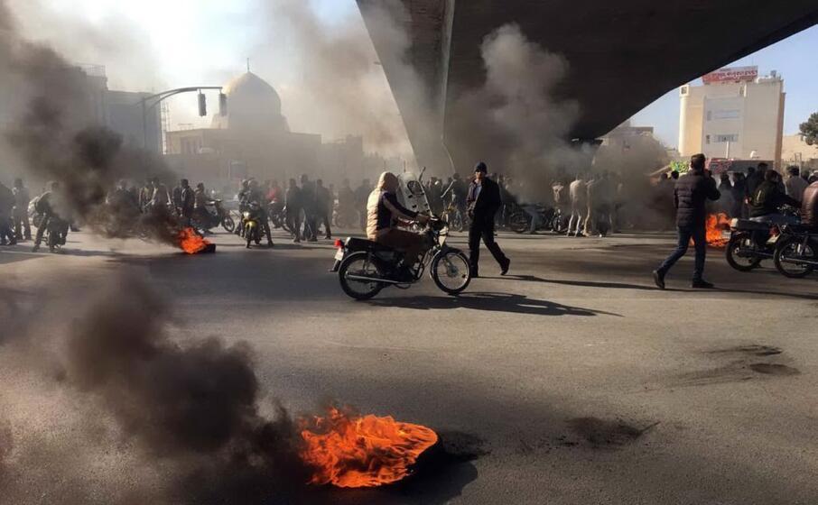 proteste nella citt di isfahan (ansa)