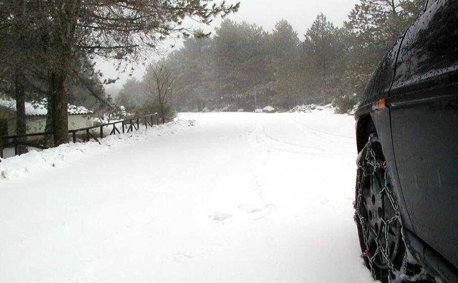 un auto con catene in una strada di montagna dell isola (archivio l unione sarda)