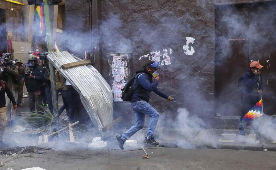 un immagine degli scontri nella capitale la paz (ansa)