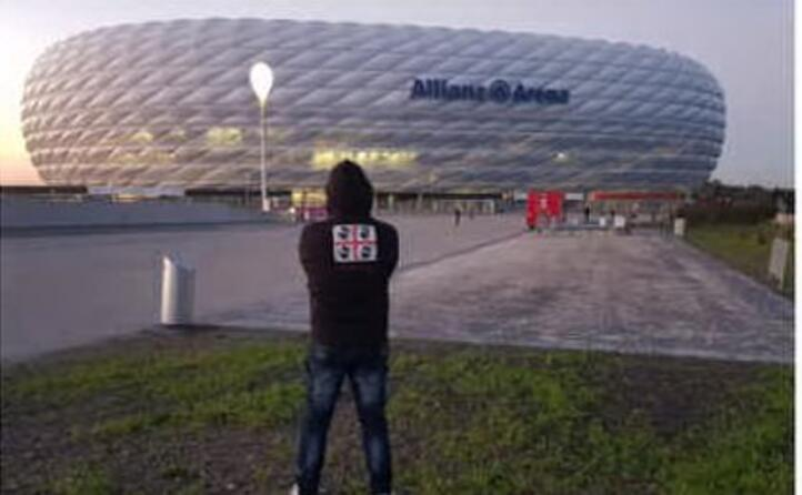 corrado aledda di cagliari davanti all allianz arena lo stadio di monaco in germania