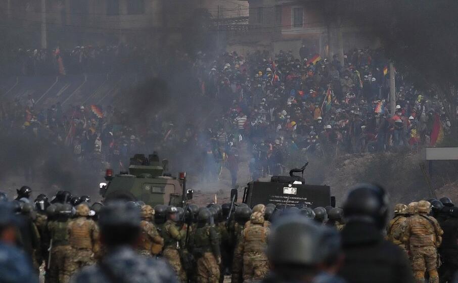 esercito contro contestatori in bolivia (ansa)
