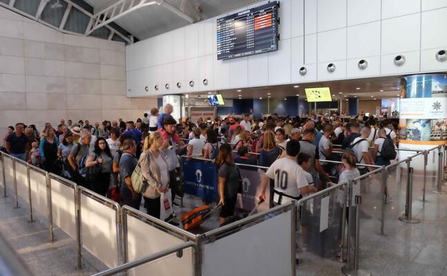fila ai controlli nell aeroporto di elmas (giuseppe ungari)