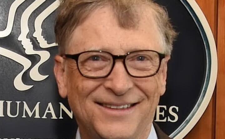 il fondatore di microsoft bill gates guida con un patrimonio di 110 miliardi di dollari