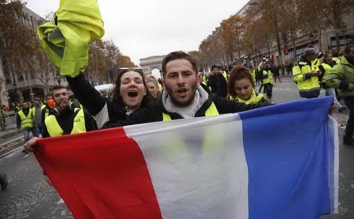 manifestanti a parigi (archivio l unione sarda)