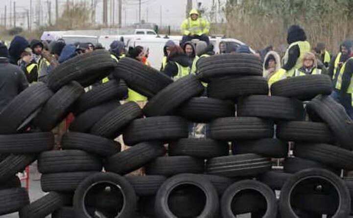 pneumatici per bloccare le strade (archivio l unione sarda)
