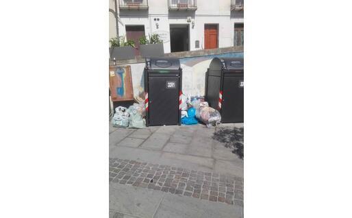 Rifiuti in piazza San Giacomo