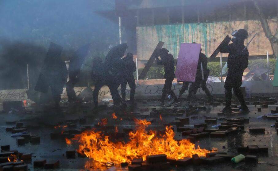 scontri tra forze dell ordine e dimostranti vicino all universit (ansa)