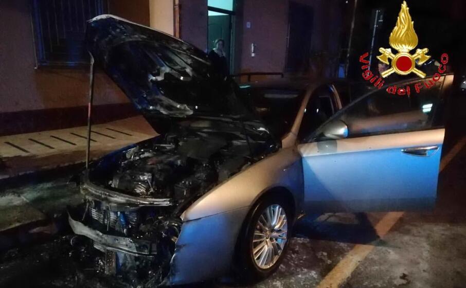 una delle auto bruciate (foto vigili del fuoco)